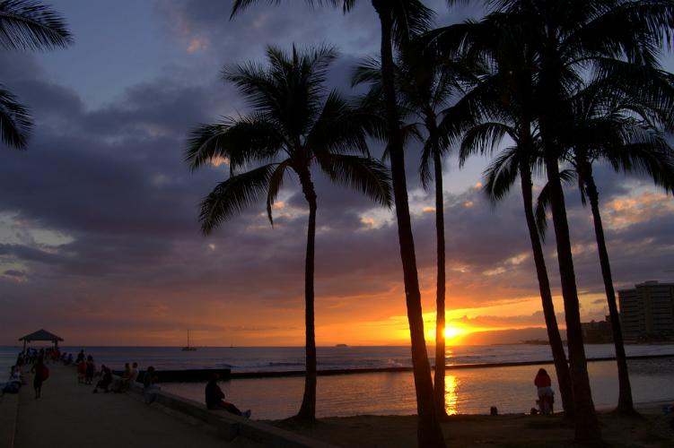 Sunset in Honolulu - Flickr: Stuart Seeger